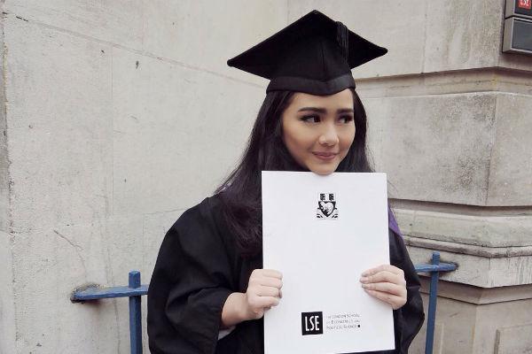 Gita Gutawa berhasil menyelesaikan S2 di Inggris